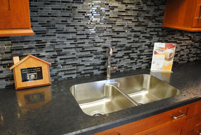 contemporary_glass_tile_backsplash